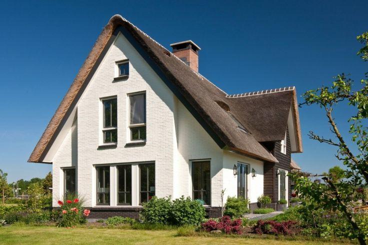 Op een ruime kavel, waar reeds een oude boerderij staat van een bevriend stel, is deze wit gekeimde en rietgedekte villa gebouwd.