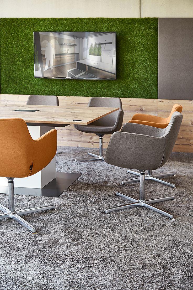 Greenery - die Trendfarbe 2017 ist auch als Grasteppich an der Wand einsetzbar. In Kombination mit Holz, wie bei dem Febrü Konferenztisch Cube mit dem Trenddekor Fichte Alaska