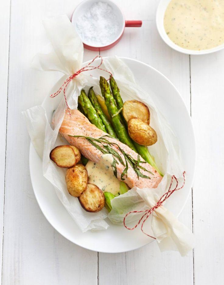 Fisch und Spargel garen in Zitronenbutter im Pergament. Dazu gibt's Ofenkartoffeln und Estragon-Sabayon – mehr Aroma geht nicht!