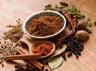 """Garam masala: Ez egy barnás színű indiai fűszerkeverék. A """"garam"""" jelentése csípős, a """"masala"""" pedig keveréket jelent. A hozzávalók régiónként, és családonként is különböznek. http://aprosef.hu/hozzavalo/garam_masala"""