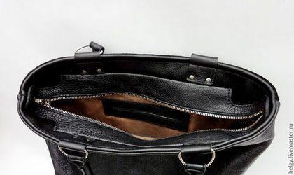Купить или заказать Сумка с домиками 'Рождение Года' в интернет-магазине на Ярмарке Мастеров. Повседневная вместительная и очень удобная сумка с зимним пейзажем. Внутри один карман для телефона и один карман на молнии. Снаружи на обратной стороне карман на молнии.Обратная сторона сумки а также боковины и дно для практичности выполнены из кожи. Основное отделение застегивается на молнию. Сумка от начала и до конца выполнена на руках, ни одного машинного стежка.