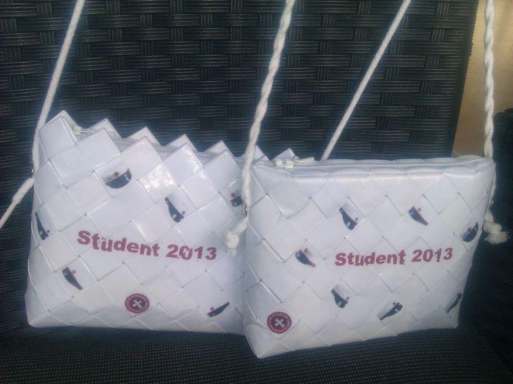 - ReCyklisten: Jeg synes, det er svært at finde på en god og personlig gave til en nyudklækket student // Det år, jeg selv 'havde' hele to studiner der skulle fejres med en gave var jeg heldig at finde på at flette denne lille aktuelle skuldertaske // flettet taske studentergave, student2016 design bestil din egen, til salg sælges // crossbody present for the graduate  http://recyklisten.blogspot.dk/2013/10/studenter.htmlaq