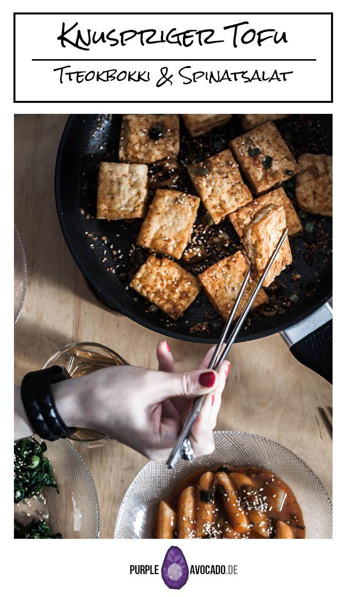 Knuspriger, gebratener Tofu, Tteokkbokki (Reiskuchen) in pikanter Sauce und koreanischer Spinatsalat #asiatisch #vegan #foodstyling #foodphotography #rezept #rezepte