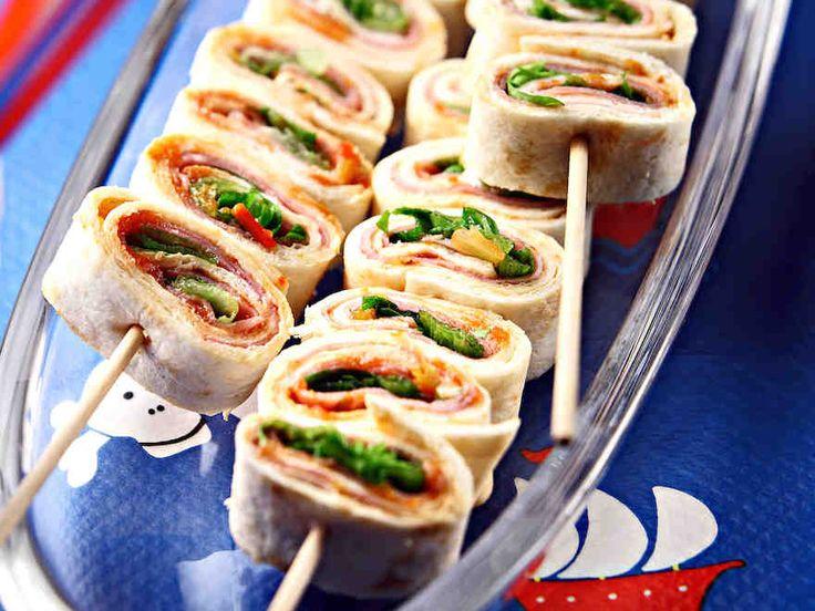 Helposti naposteltavat tortillatikut sopivat hyvin noutopöytään tai piknikille. http://www.yhteishyva.fi/ruoka-ja-reseptit/reseptit/tortillatikut/01831