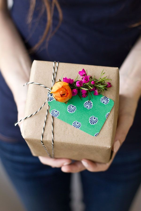 DIY fresh flower gift tags by Studio DIY | Sugar & Cloth