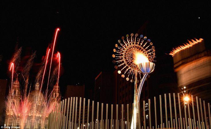 A pira olímpica é acesa no Boulevard Olímpico para os Jogos Olímpicos de Verão de 2016 no ...