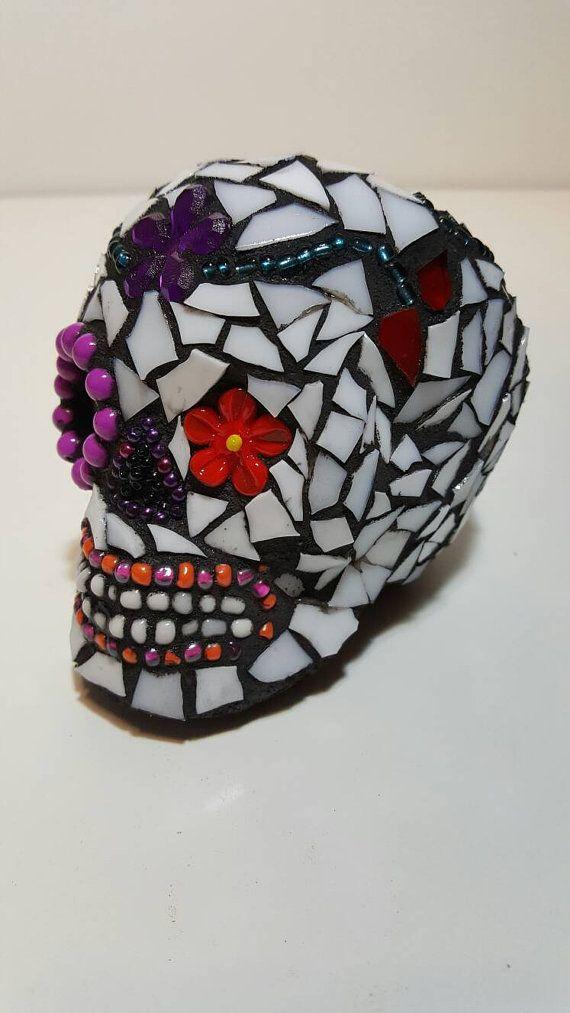 Handgemaakte glas en kralen Mini Mozaïek suiker schedel. Hand gerolde witte schedel, met strass bloemen. Grouted in het zwart. Afgewerkt met een coating van mariene glazuur. Een perfecte desktop ornament. Item afmetingen 8cmwx13cmlx9hcm. GRATIS VERZENDING