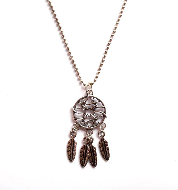Halsband i silverplätering med en drömfångare.  Hängets storlek: 5cm Längd: 55cm