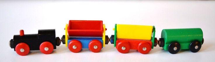 Vintage Holzeisenbahn mit einer schwarzen Lok grünen Wagen zwei Kipplastwagen blau-rot gelb-grün Vintage Spielzeug Hausdekor Retro von VintageLoppisStyle auf Etsy