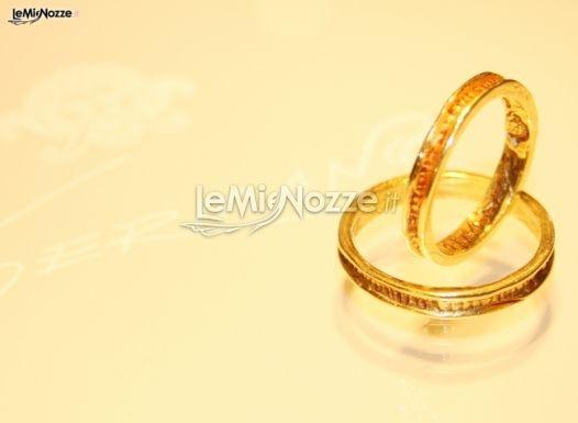 http://www.lemienozze.it/operatori-matrimonio/gioielli/germano/media/foto/10  Fedi nuziali lavorate, in oro giallo