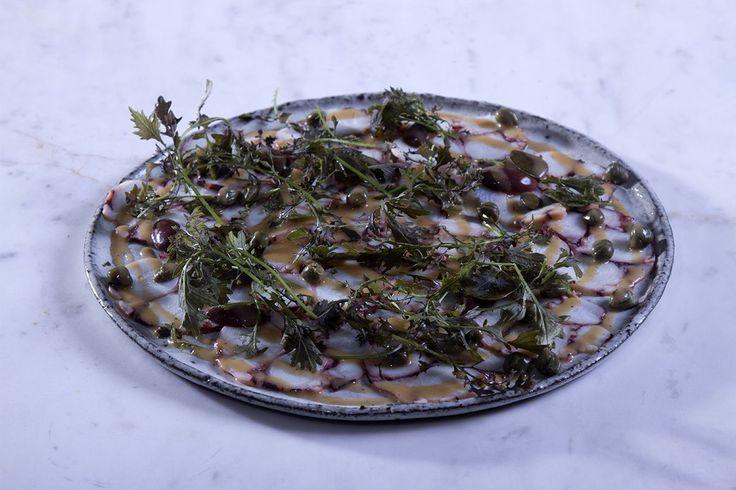 Συνταγή για χταπόδι καρπάτσιο από τον Άκη Πετρετζίκη. Φτιάξτε το χταπόδι διαφορετικά ακολουθώντας τη συνταγή και την τεχνική μου & γίνεται experts στο καρπάτσιο
