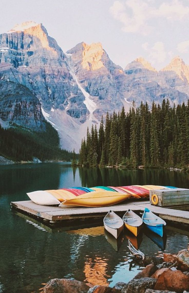 Kayak en el Lago Moraine, Alberta, Canadá. ¡No dejes de viajar!