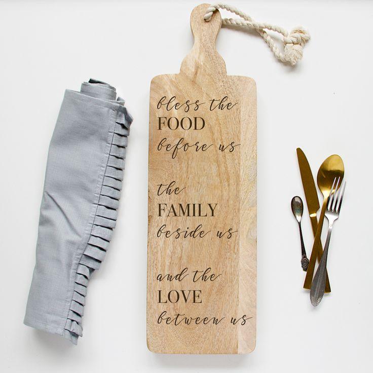 Broodplank Bless the food before us, the family beside us and the love between us. Deze mooie tekst gegraveerd op een broodplank staat prachtig op tafel of