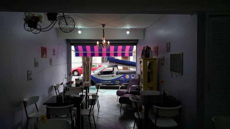 Toldo Listrado Cafeteria no Tatuapé O toldo retrátil tem o papel de protege-la da chuva e do sol sua estrutura pode ser aberta em diferentes ângulos.
