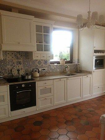 Płytki sześciokątne COTTO ułożono w kuchni, salonie wokół kominka i na korytarzu.
