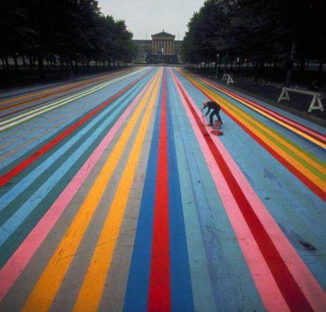 """Photo de Henry Groskinsky, représentant l'artiste Gene Davis peignant une rue à Philadelphie en 1972, lors d'un événement de """"Street Art"""""""