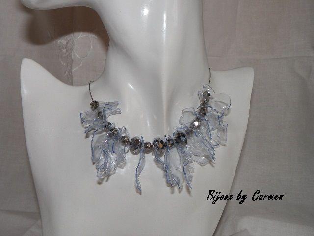 """collana """"riciclosa"""", realizzata con una bottiglia di plastica ritagliata e modellata a forma di foglie; montata su cavetto metallico e impreziosita da luminose perle di vetro sfaccettate color argento"""