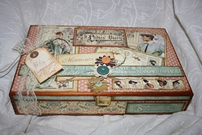 "Caja de madera decorada con papeles de Graphic45 ""Ladies Diary"""