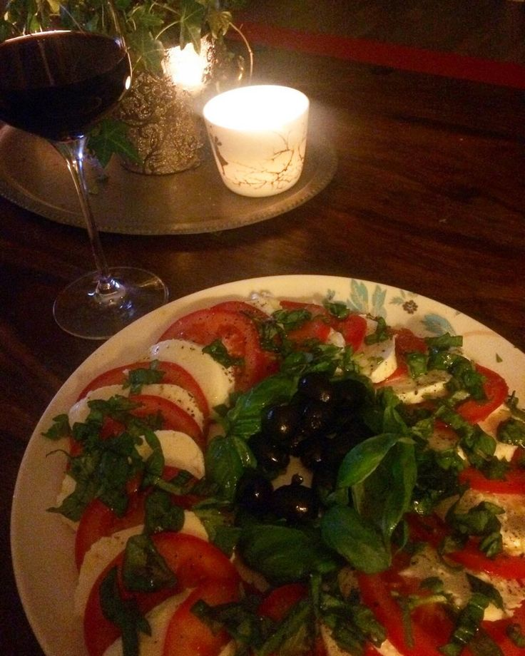 Mozzarellasalat og vin #vin #rødvin #mozarella #tomat #oliven #redwine #wine #saturday #datenight #lowcarb #lavkarbo #cleaneating #lørdagskos #wiikogwalsoe by happy_aina