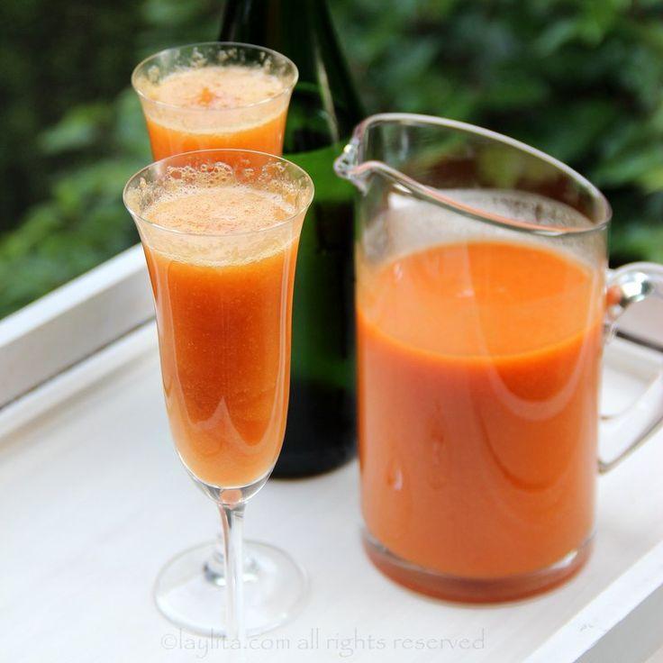 Receita fácil do Bellini de pêssego, feito com purê de pêssegos frescos, prosecco ou espumante, e uma dose de licor de framboesa.