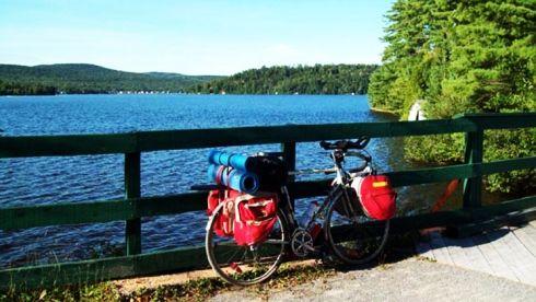 vélo près d'un lac - velopiste Jacques-Cartier Portneuf