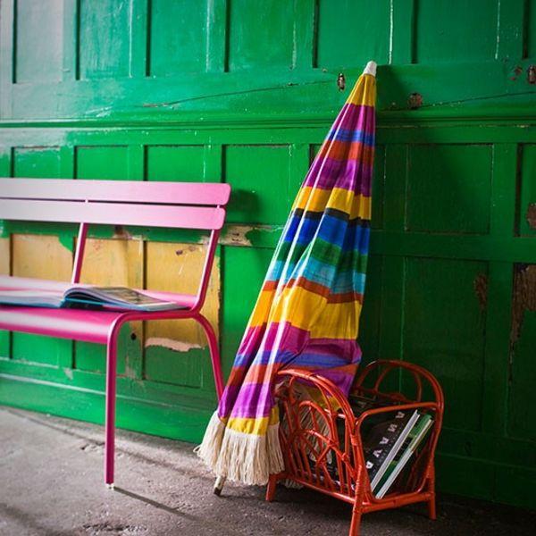 sitzbank und schirm als deko-elemente für eine moderne flurgestaltung - grüne wand - Alles über die Flurgestaltung – Farbschemen, Möbelstücke, Dekoartikel