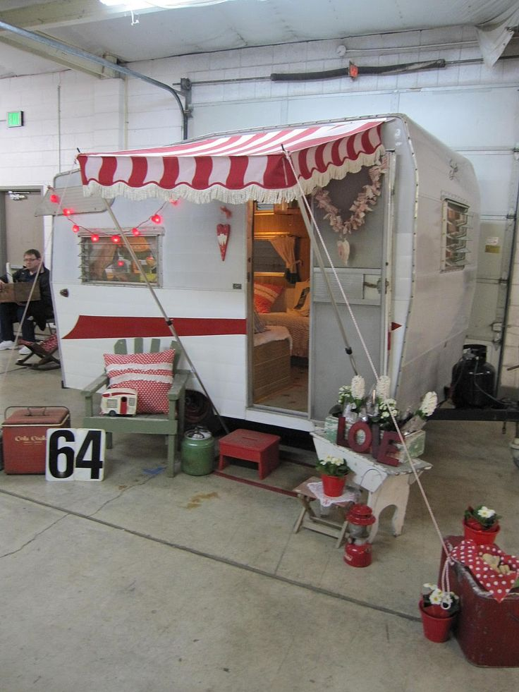 love the mini awning & little string of lights (awning attached to cooler) Vintage Trailers ...
