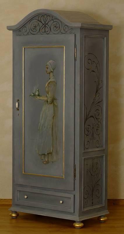 Szafa z litego drewna, jednodrzwiowa, z szufladą w dolnej części. Na froncie szafy znajduję się obraz francuskiej służącej podającej kawę. Służąca ma na imię Susanne.