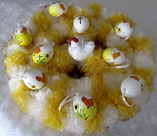 paaskrans van witte en gele plastic zakjes