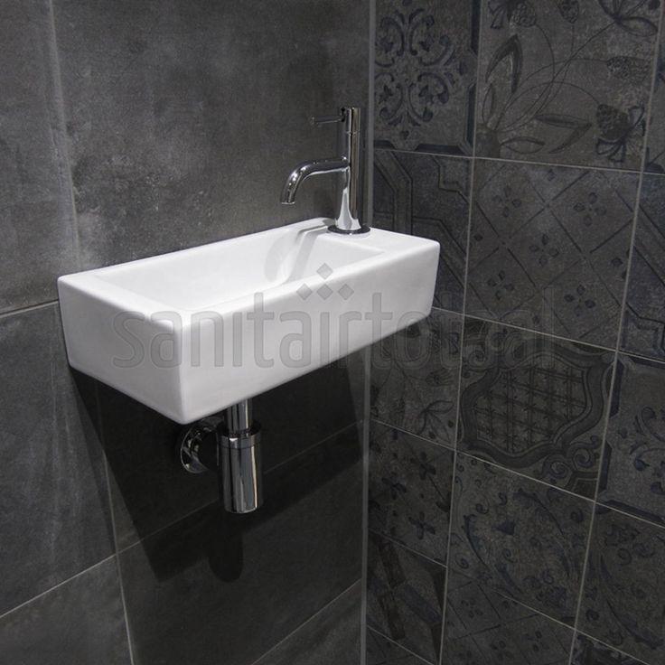 Tegels badkamer grijs, portugese tegels, tegelstroken toilet, muurstrips, toilet badkamer ideeen, natuursteen, tegel inspiratie, betonlook