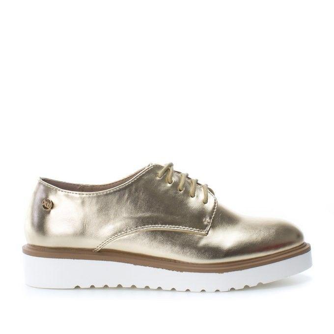 Zapato tipo oxford con 2 cm de plataforma. Disponible en tres colores: navy, dorado y plateado con acabado metalizado. Un básico que no debe faltar en tu armario y uno de los 'must have' de esta temporada. Cierre en cordones y suela de goma antideslizante que facilita el agarre. Suela: GOMA.Plataforma: 2 cm.