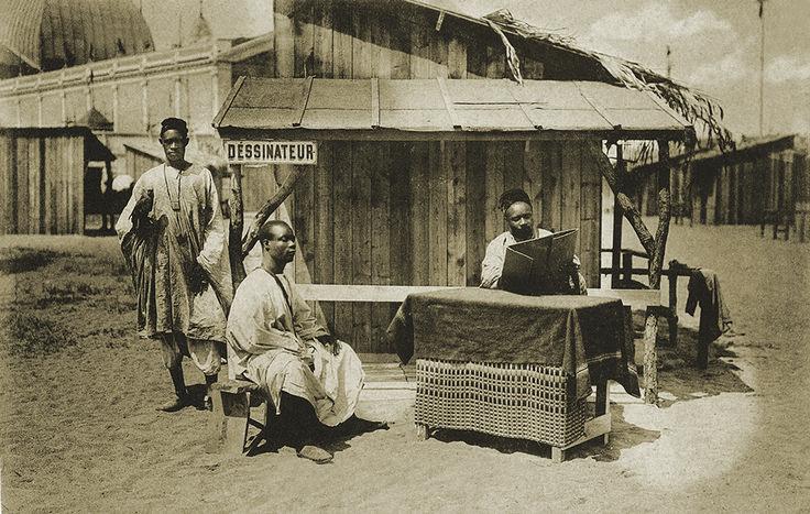 """""""Exposition de Nantes. Village noir. La séance de pose"""" carte postale, 1904. © Groupe de recherche Achac / DR"""