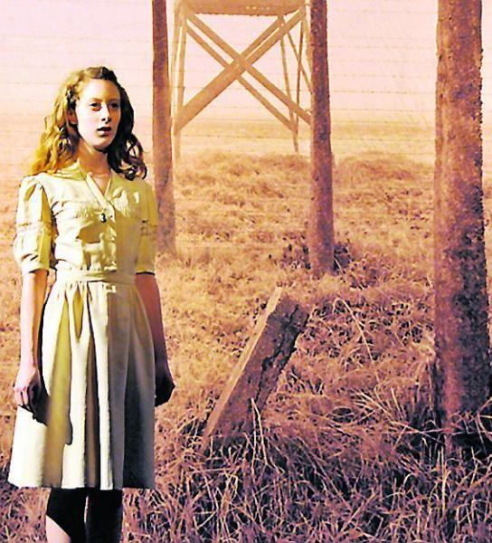 Roxane Duran, dans le rôle d'Anne Frank.