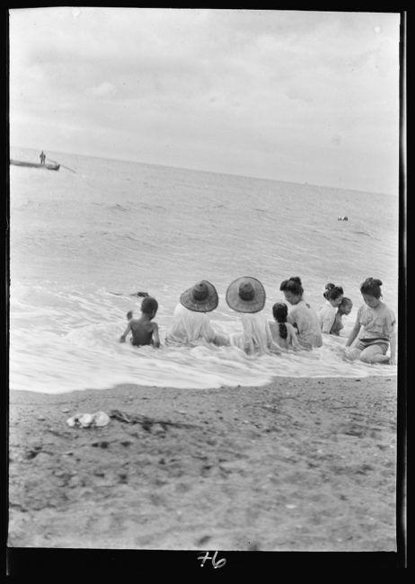 Genthe Collection.明治時代の海水浴風景。