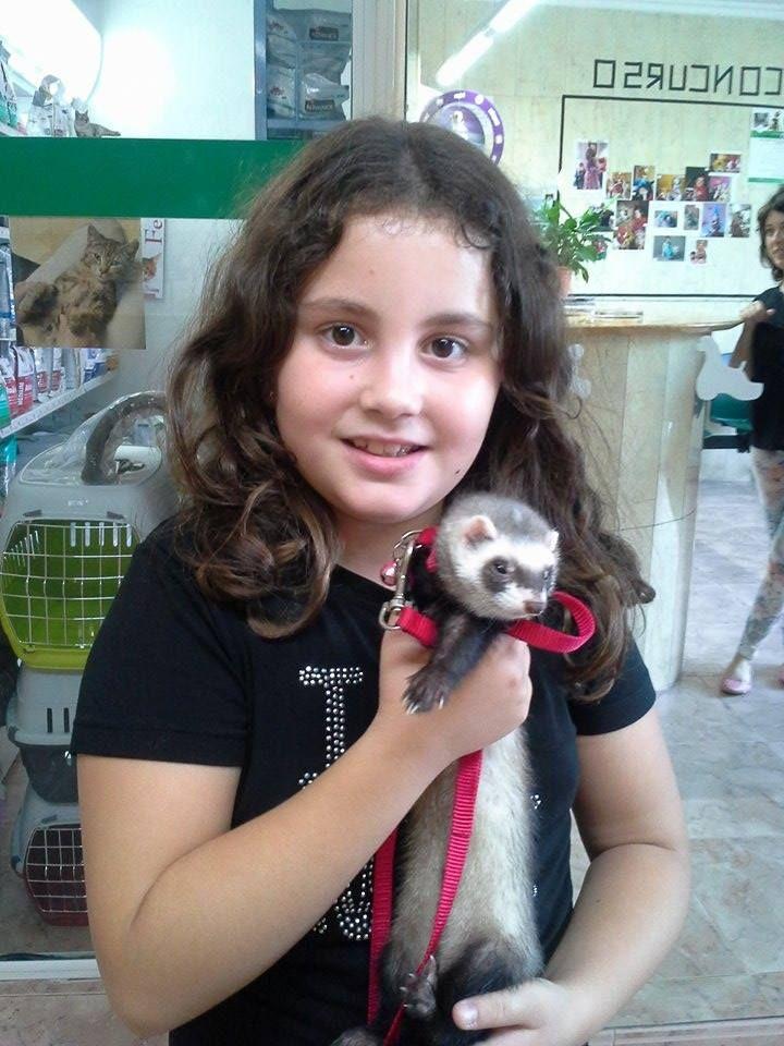 Clara viene con su hurona Tica para vacunar.