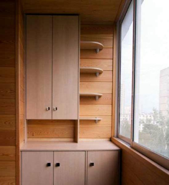 Шкаф со столешницей на балконе