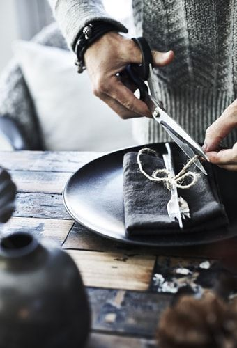 Anita bindet Besteck und Serviette mit etwas Schnu…