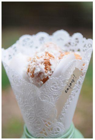 Decoración DIY con blondas de papel. Adorna tu boda o evento con elementos caseros con kraft y blondas de papel. Guirnaldas, farolillos, detalles, envoltorios y meseros hechos a mano. Decoración económica para organizar una boda económica y muy especial.