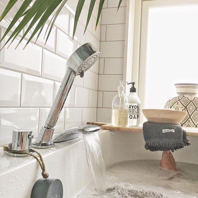 💦Badetid 🛀 Guriland som vi elsker lyset og stilen på dette badet. Takk som inspirerer oss @lillian_heia 😉  .  .  .   #bad #baderomsinspo #allehaande #bathroomdecor #bathroominspo #mynordicroom #interior4all #mmdm #maison2017 #scandinavianstyle #interior_delux #whiteinterior#inspirasjonsguidennorge #interiør4all #interiordetails #savondemarseille #tinekhome #søgnehome#gullfjæren 📷: @lillian_heia