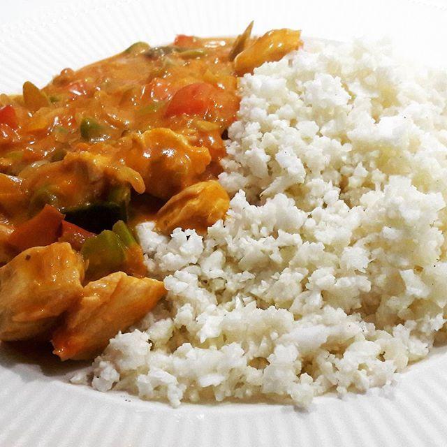 Snelle koolhydraatbeperkte maaltijd. Bloemkoolrijst met kip~tandoori (saus uit een potje) #vandaarbeperkt #14khper100gr #chickentonight #tandoori #bloemkoolrijst #lekker