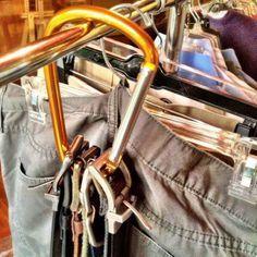 organizar guarda roupa cintos ganhar mais espaço - Sabe aqueles ganchos que são vendidos em lojas de utilidades? Você pode usar para colocar todos os seus cintos!