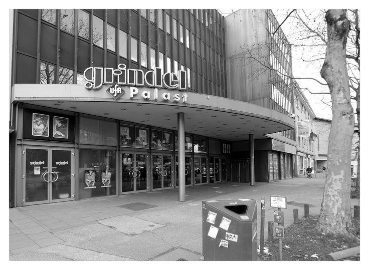 """...musste es weichen : Das Grindel Kino. Manch einer erinnert sich noch an die Zeiten der Sneak-Preview und an die englisch sprachigen Filme.  """"Alles begann im Jahr 1959. Der Grindel Ufa-Palast öffnet zum ersten Mal seine Türen als Premierenkino. Nach 35 Jahren, 1994, wird der Grindel Ufa-Palast zu Hamburgs erstem Multiplex-Kino mit sechs klimatisierten Sälen umgestaltet.   Im Sommer 2001 wurde das Programm um die englischsprachigen Originalversionen erweitert.""""   Jetzt muss es weg, damit…"""