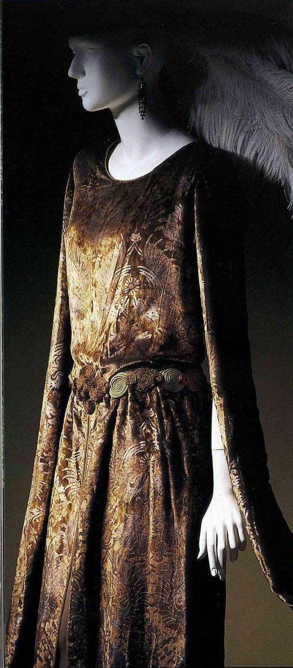 Платье. Мария Моначи Галленга, около 1910. Зеленовато-коричневый шелковый бархат, восточный узор, тиснение «серебро по золоту», пояс из шнуров из золотистого и зеленого шелкового жоржета.
