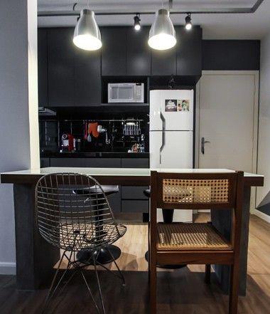 A bancada da cozinha foi eliminada e, no lugar, foi incluída uma pequena mesa de jantar que faz as vezes de mesa de trabalho (Foto: Divulgação)