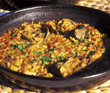 Paella i ugn: minus fisk o skaldjur o fond, plus grönsaksfond, gröna oliver, gröna ärter, majs plus veggyness chorizo