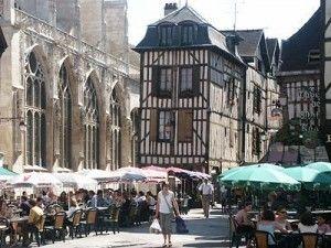 Reims en Epernay zijn de bekendste steden in de Champagne maar een bezoek aan Troyes en het vestingstadje Langres in het zuiden van de Champagnestreek zijn zeker ook een bezoek waard. Troyes is bekend om de vakwerkhuizen en kerken maar ook als centrum van fabriekswinkels.