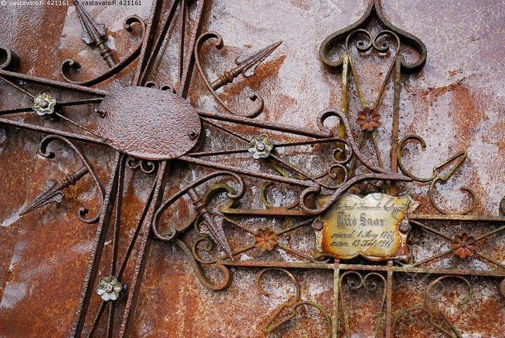 Hylätyt ristit - Hiidenmaa Viro hautausmaa hylätty kirkko metalli risti ruoste uskonto