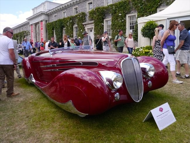 写真 オークション用のクラシックカーも展示。画像はフランスの1939年製ドゥラエ165カブリオレ