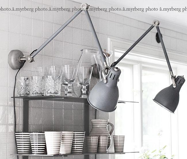 DIY – ARÖD SKRIVBORDSLAMPA SOM VÄGGLAMPA | Titta det går ju att ha på väggen. Perfekt för vardagsrummet