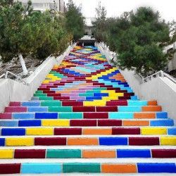 """""""Jood"""" - grupa syryjskich studentów pod kierunkiem profesora architektury Salmo Al-Batal, pomalowała wieloma kolorami długie schody w ich mieście. Młodzi ludzie chcieli przez to przekazać coś światu, a przede wszystkim Syryjczykom pogrążonym w konflikcie zbrojnym. Więcej: http://www.sztuka-krajobrazu.pl/641/slajdy/przestrzen-publiczna-ndash-kolorowe-schody"""